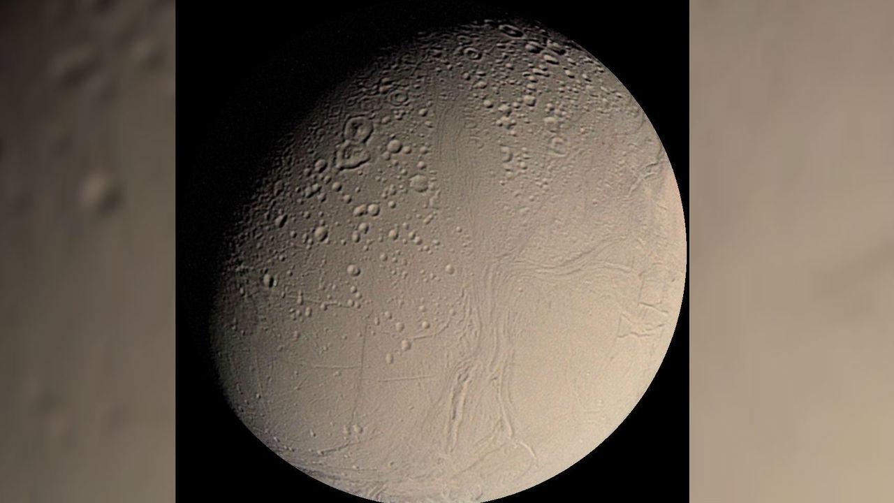 В водном океане спутника Сатурна Энцелада нашли сложную органику