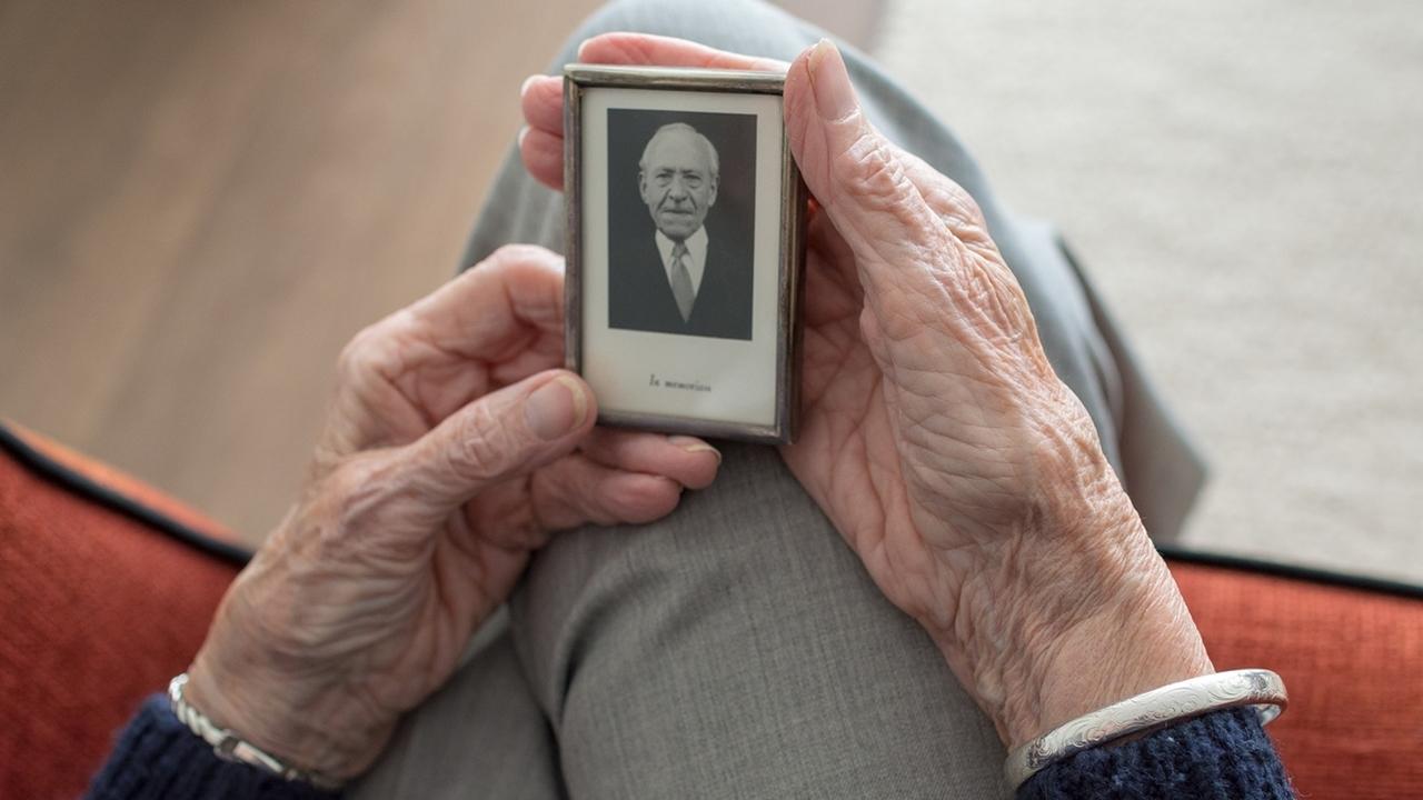 Нейробиологи выявили нарушение в работе мозга пожилых людей, которое отвечает за потерю памяти