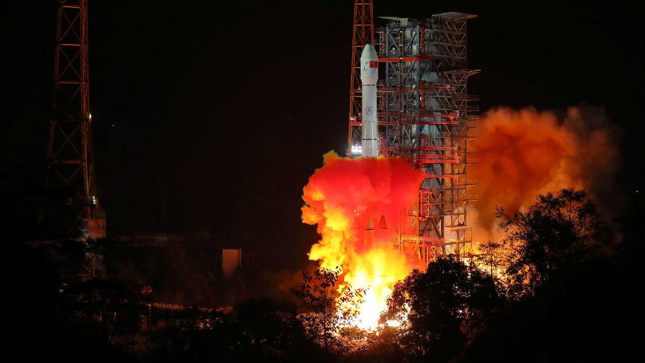 Китай запустил первую в истории миссию на обратную сторону Луны