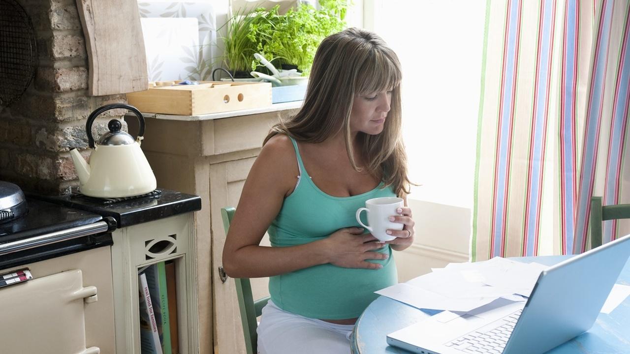 Почему беременным лучше отказаться от чая и кофе