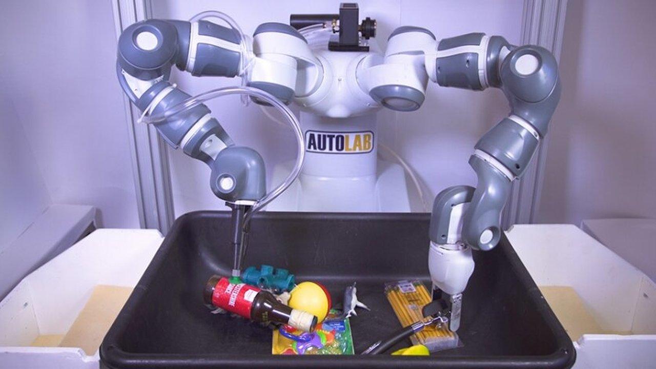 Ловкий двурукий робот с разными захватными устройствами быстро соберёт нужный заказ