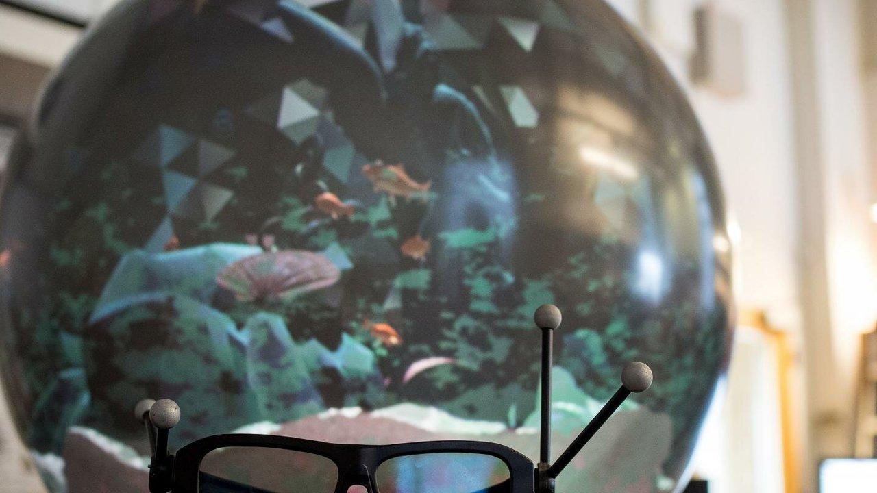 Дисплей-шар избавляет от одиночества в виртуальной реальности