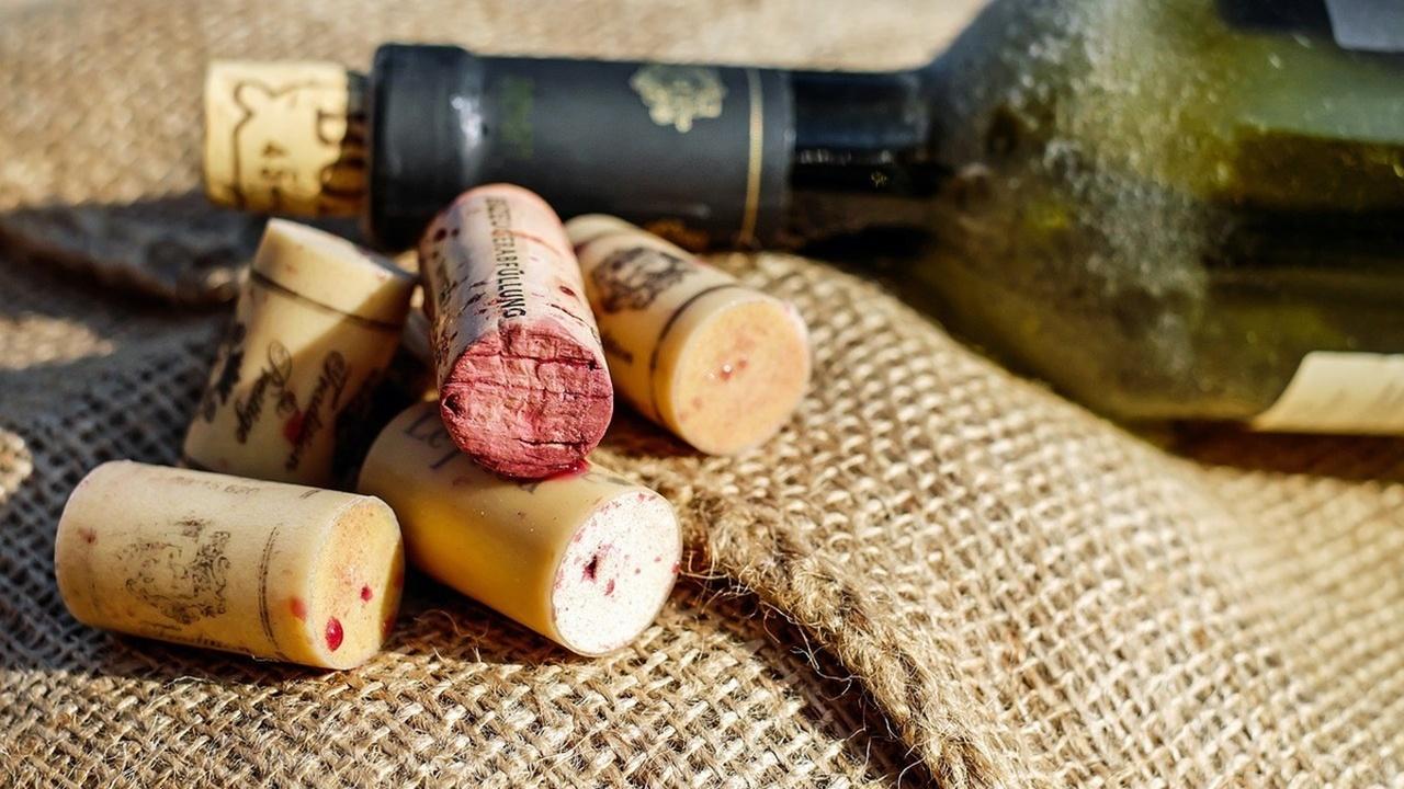 Учёные оценили риск развития рака в бутылках вина и сигаретах