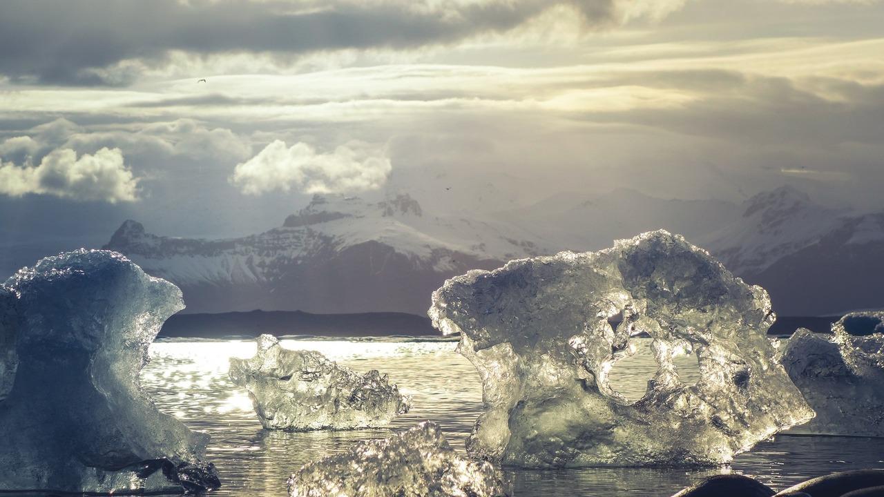 А если растает? В ледниках разных частей мира обнаружены радиоактивные вещества