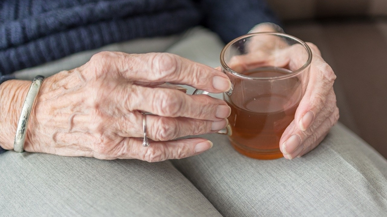 Медики рассказали, почему пожилым людям опасно набирать или терять вес