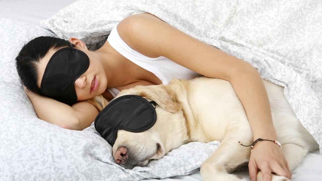 Медики рассказали, почему женщинам нельзя спать при свете