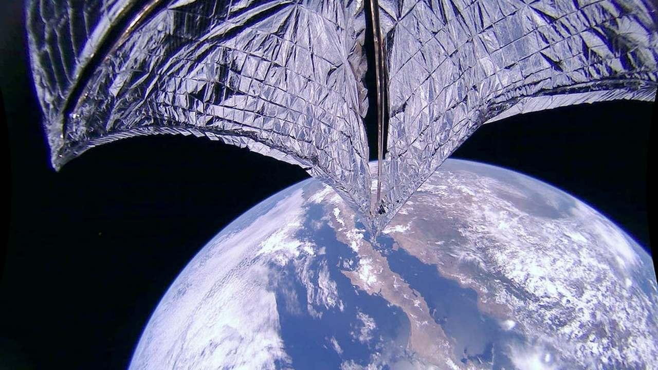 Спутник Земли впервые в истории изменил орбиту с помощью солнечного паруса