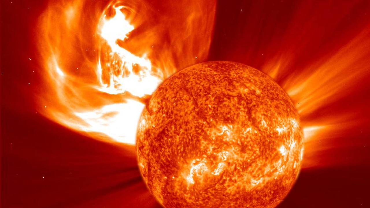 """Космические зонды впервые подробно исследовали окативший их """"плевок Солнца"""""""
