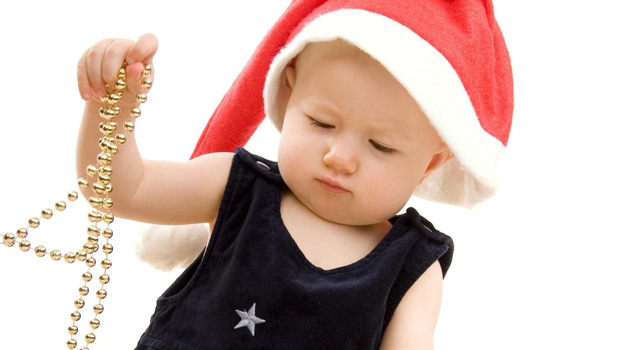 Осторожно, Новый год: медики рассказали, чем опасны для детей атрибуты праздника