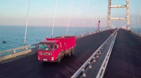 Проверка на прочность: по Крымскому мосту прошла колонна 35-тонных самосвалов