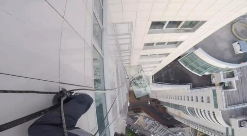 Падение 380-килограммового стекла с московской высотки сняли на видео