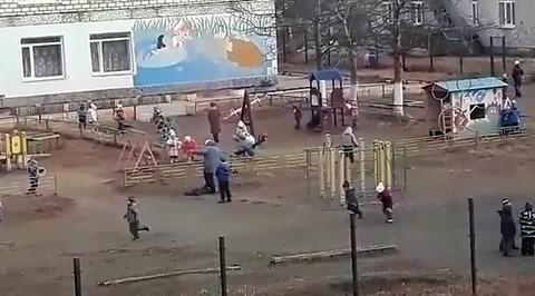 Воспитательница детсада наступила на ребенка, а его отец снимал это на видео