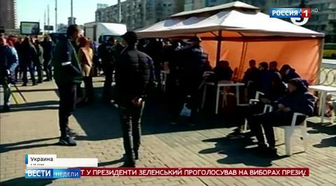 У ЦИК Украины появились палатки с крепкими мужчинами
