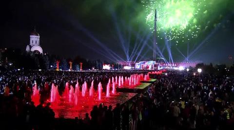 Военный парад, посвященный 74-й годовщине Победы в Великой Отечественной войне 1941-1945 годов. Москва. Праздничный салют. Поклонная гора