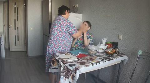 Жестокое обращение сиделки с больной бабушкой попало на видео и вызвало оживленные споры