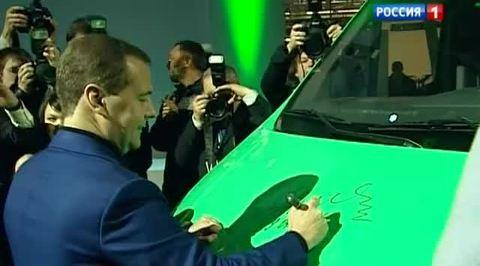 Медведев предложил перевести автомобили на газомоторное топливо