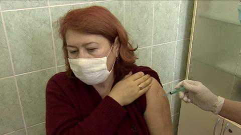 Вести. В Саратовской области вакцину от COVID-19 в труднодоступные места доставляют КамАЗами