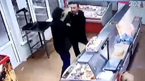 ЧП. В Волгограде вооруженного грабителя в магазине обезвредил муж продавщицы