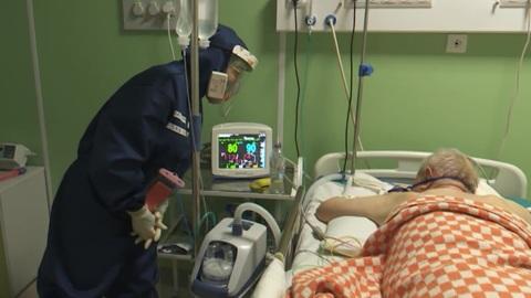 """Новости на """"России 24"""". Псковские врачи спасли пациента с 90-процентным поражением легких"""