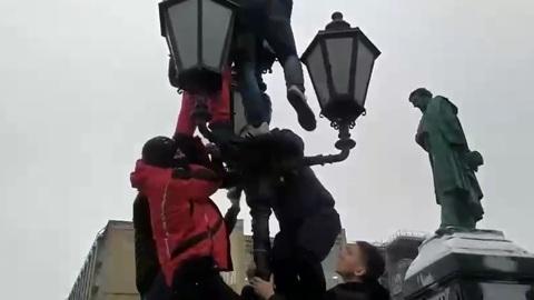 ЧП. В центре Москвы митингующие стащили со столба и избили своего противника. Видео