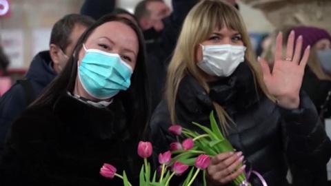Российские женщины принимают поздравления с наступающим 8 Марта