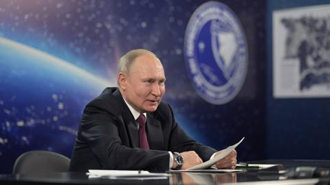 Президент предложил увеличить зарплаты космонавтам