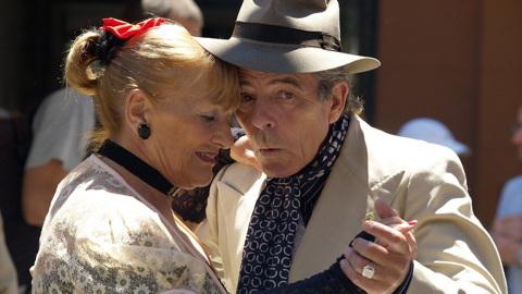 Исследование: люди старшего возраста помогают другим чаще, чем молодые
