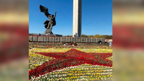 У памятника освободителям Риги появилась красная звезда