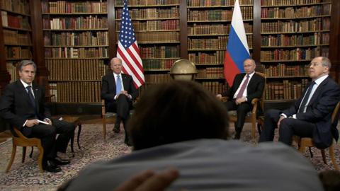 """""""Уйдите вон!"""": журналисты устроили хаос на встрече президентов"""