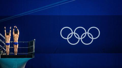 """Синхронные прыжки в воду c 3-метрового трамплина: прямая трансляция из Токио на """"Смотрим"""""""