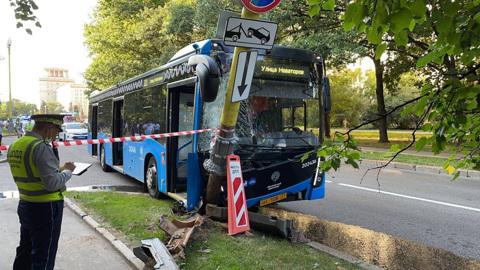 Водителю стало плохо: появились подробности аварии с московским автобусом