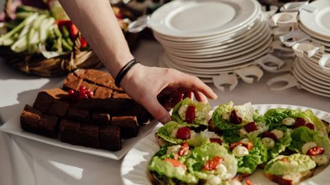 Ешь, что хочешь? Как выбор блюд на шведском столе прогнозирует ожирение