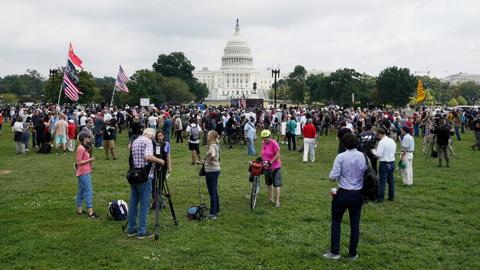 """""""Марш ФБР"""" не удался: шапки с рогами американцы сменили на енотовые"""