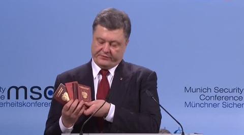 В Мюнхене Порошенко стучал паспортом по трибуне и обнимался с Байденом