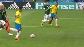 Фирмино забивает гол после передачи Неймара