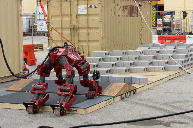 Занявший третье место робот CHIMP американской команды Tartan Rescue выполняет бег с препятствиями