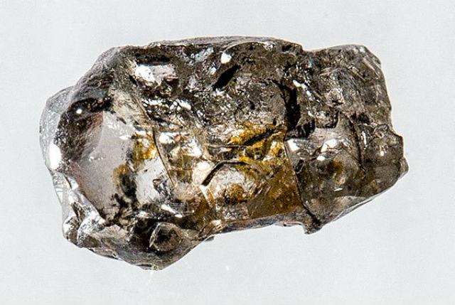 Алмаз диаметром 5 миллиметров содержит вкрапление уникального минерала рингвудита