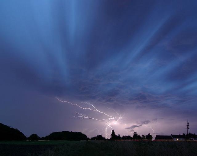 Повышенный риск попасть под удар молнии бывает тогда, когда Солнце особенно активно