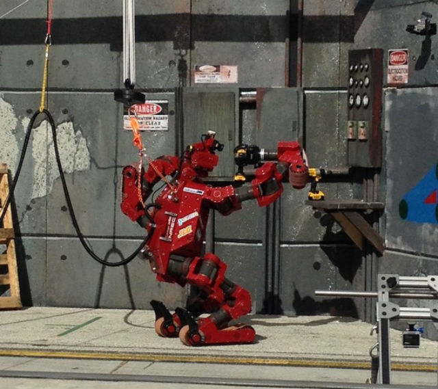 Робот CHIMP осваивает дрель