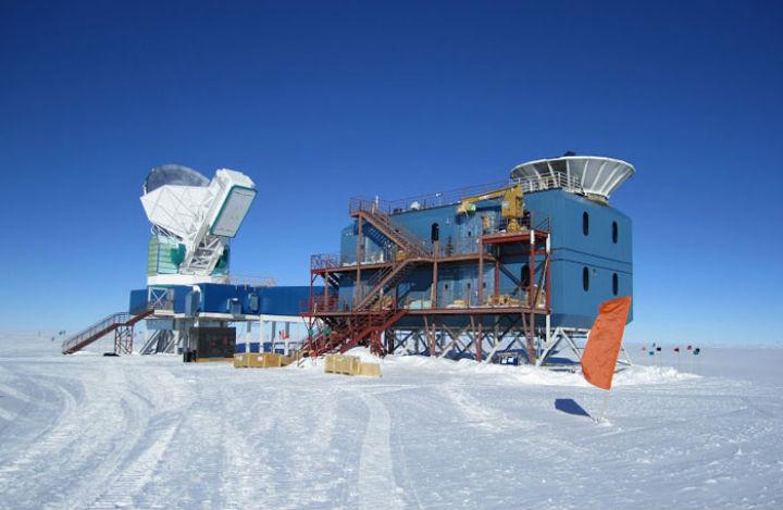 Чистые небеса полюса Земли помогают телескопам лучше следить за ночным небосклоном, а учёным создавать более точные карты реликтового излучения Вселенной. На снимке слева - SPT, а справа - BICEP2