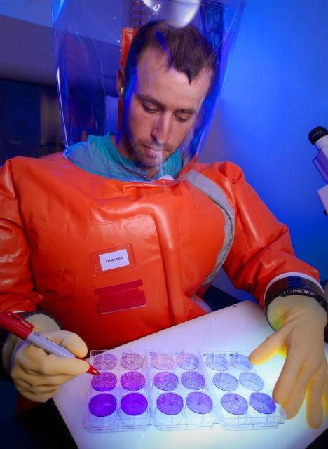 Учёные, работающие с вирусом Эбола, должны носить специальные защитные костюмы
