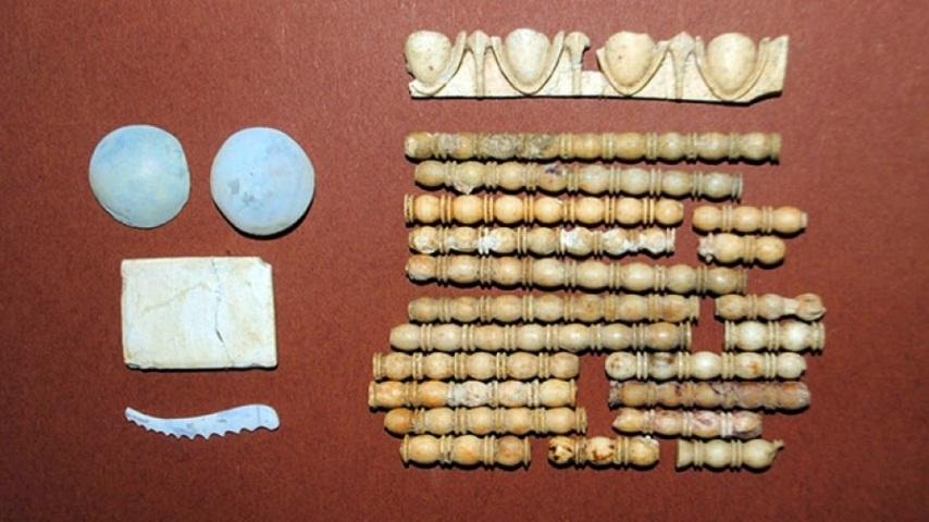 Многочисленные изделия из керамики и стекла, извлечённые из грунта, указали на богатство и культурное значение захоронения