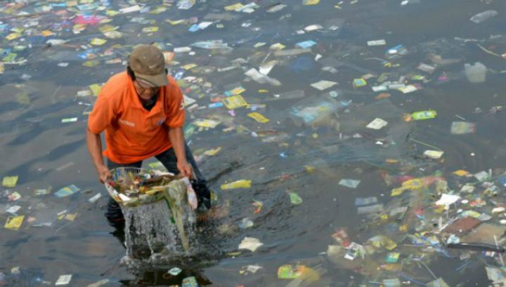 Согласно оценкам, более 5 триллионов пластиковых частиц  массой более 268 тысяч тонн плавает в Мировом океане