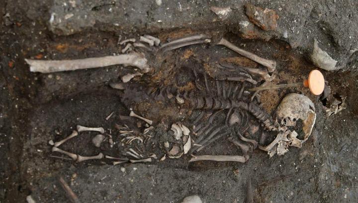 Скелет матери и ребёнка, очевидно, умерших во времена эпидемии чумы и погребённых в могильнике Бедлама