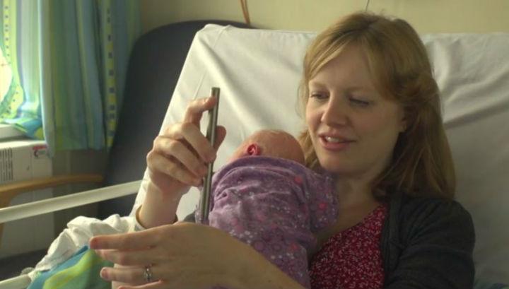 Рейчел Эдвардс, которая согласилась вместе с сыном принять участие в эксперименте, демонстрирует работу специальной палочки-стимула для слабого болевого воздействия