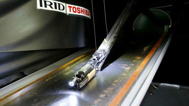 Во время демонстрации возможностей в лаборатории близ Токио, робот съехал вниз по металлической конструкции, вытянувшись в прямую линию