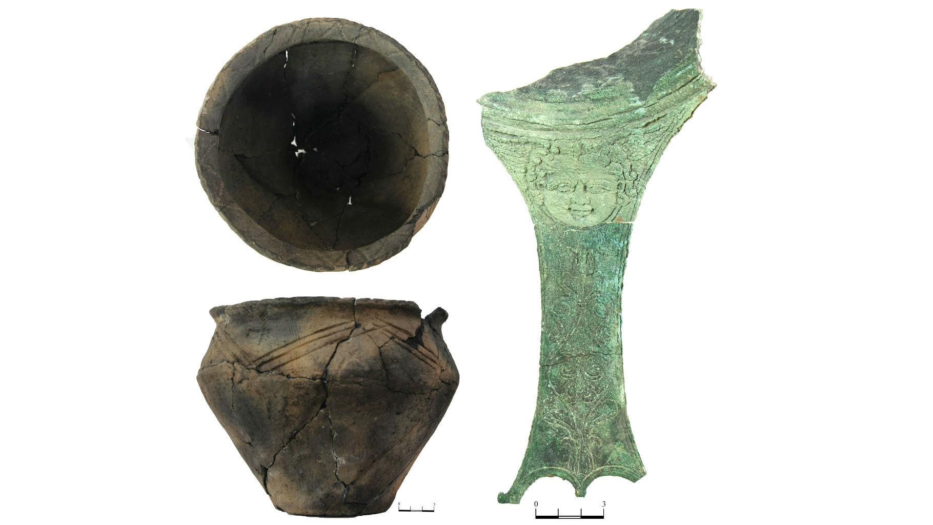 Лепной горшок и ручка бронзового ковша, также найденные в захоронении