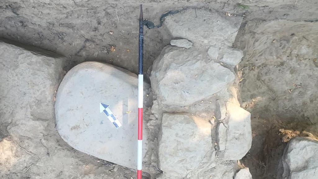 Каменная стела в основании стены храма в Поджо Колла. Фото: Mugello Valley Archaeological Project