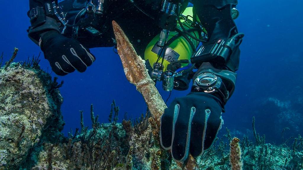 Подводные раскопки на месте крушения Антикитерского корабля. Одна из находок – бронзовое копье. Фото: Brett Seymour, EUA/ARGO