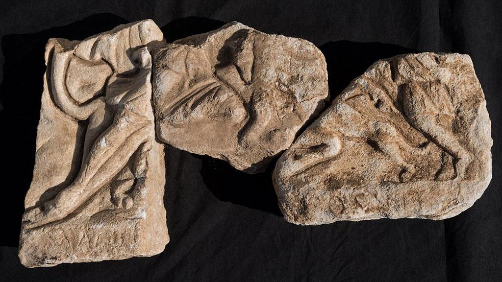 Три фрагмента барельефа тавроктонии из Марианы. Хорошо сохранилась нижняя часть изображения. Фото:═Denis Gliksman / Inrap
